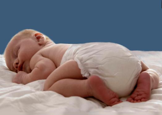 Neonato con pannolino